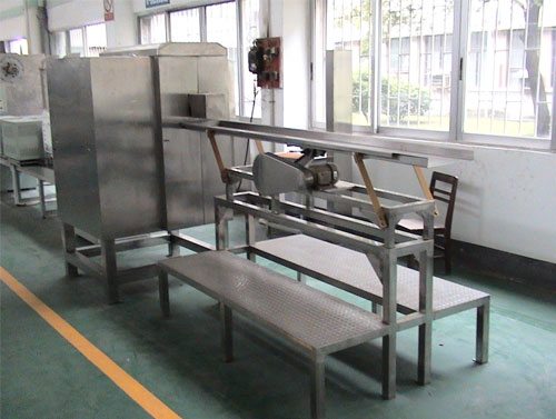 Vibrating conveyor for peeled lychees